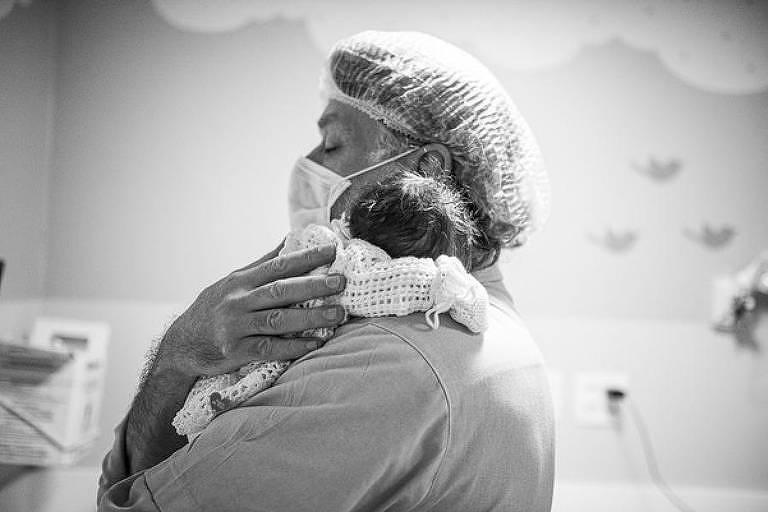 Fábio Assunção segura terceira filha no colo