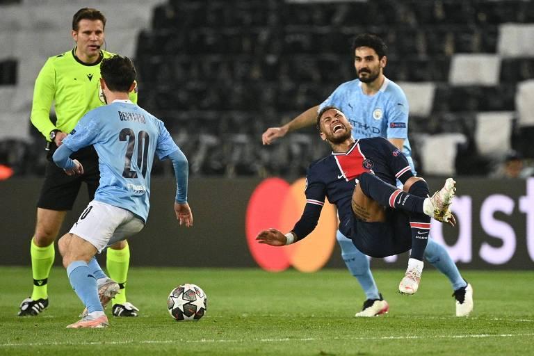 Neymar cai em disputa de bola com Bernardo Silva (à esq.) na derrota do PSG para o Manchester City