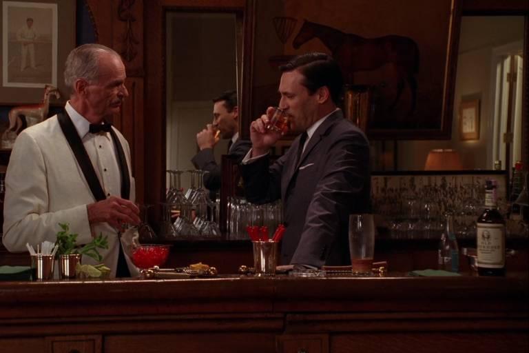 Don Draper gosta tanto de old fashioned que é capaz de prepará-lo no improviso, para um cliente em potencial