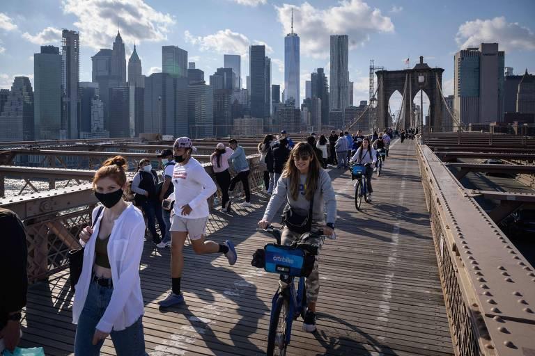 Pessoas se exercitam na ponte do Brooklyn, em Nova York