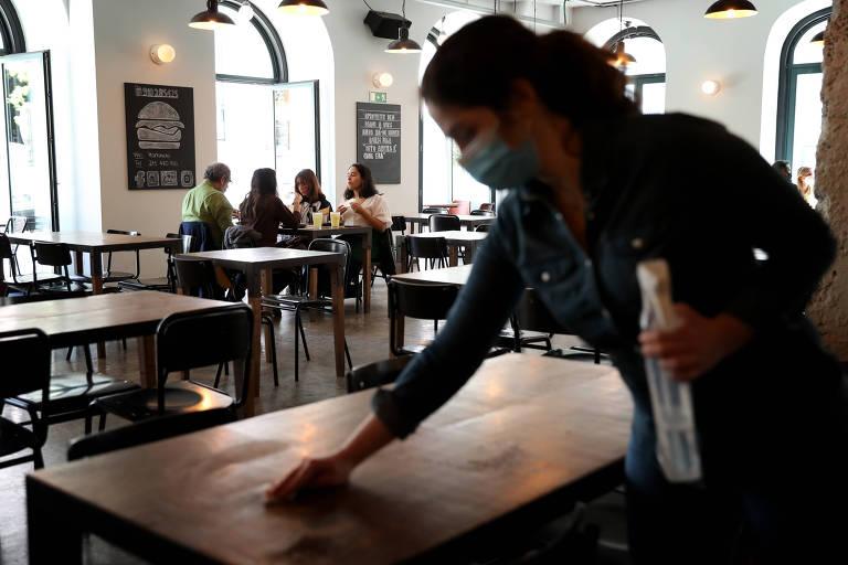 Pessoas almoçam em um restaurante em Lisboa