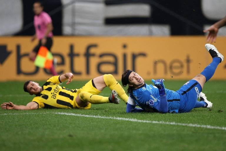 Cássio (à dir.) observa a bola após finalização de Giovanni Gonzalez