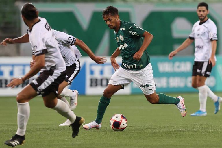 Gustavo Scarpa tenta se livrar da marcação dos zagueiros da Inter de Limeira no duelo do Allianz Parque