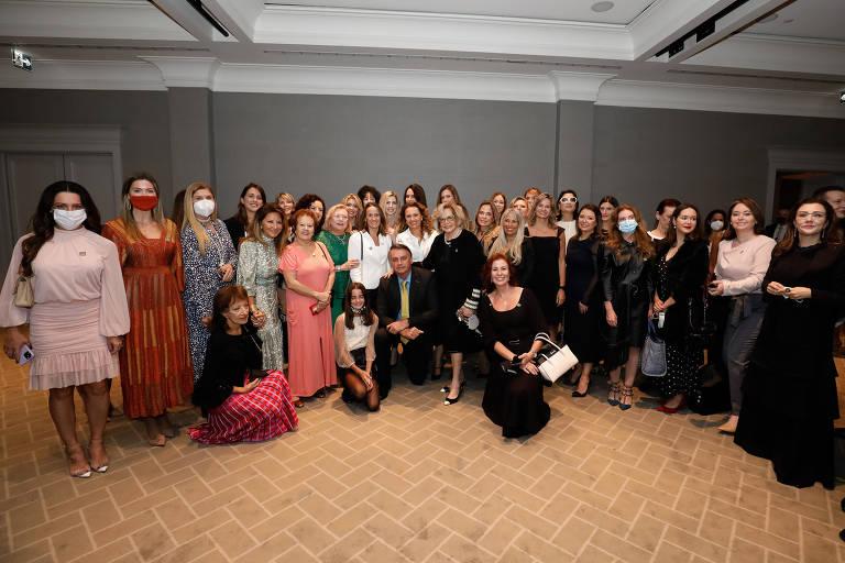 O presidente Jair Bolsonaro posa para foto com empresárias