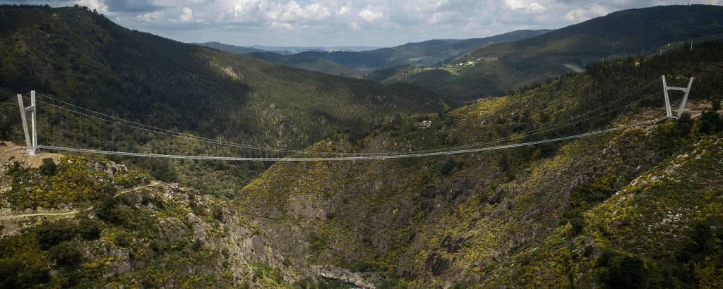 Ponte que vai de um morro a outro, com um vale embaixo dela