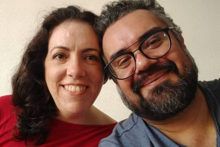 Casal, um ao lado do outro, com as cabeças encostadas