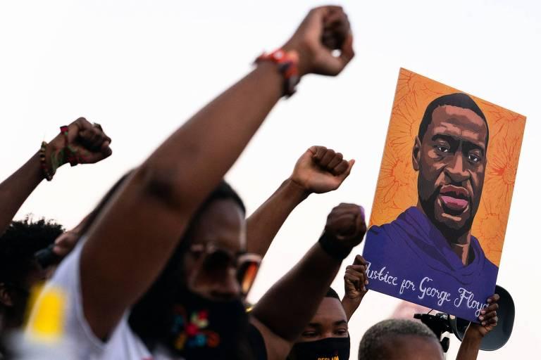 Manifestantes levantam o punho em ato após Derek Chauvin ser considerado culpado pela morte de George Floyd