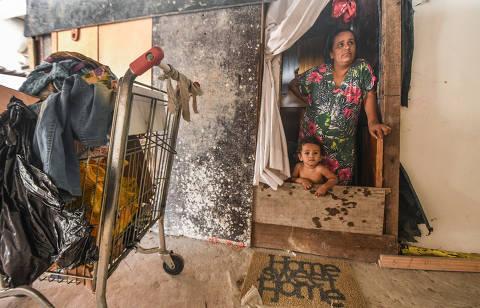 SÃO PAULO / SÃO PAULO / BRASIL - 15/04/21 - :00h -  Em decorrência da pandemia, cresce o número de pessoas que , impossibilitadas de pagar aluguel, têm como única alternativa a de morar nas ruas ou albergues Miriã Ruiz e o filho,  Emanuel Ruiz, na Ocupação Belém, zona leste de São Paulo  ( Foto: Karime Xavier / Folhapress) . ***EXCLUSIVO***COTIDIANO