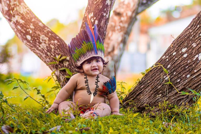 Kalel em ensaio fotográfico vestido de índio