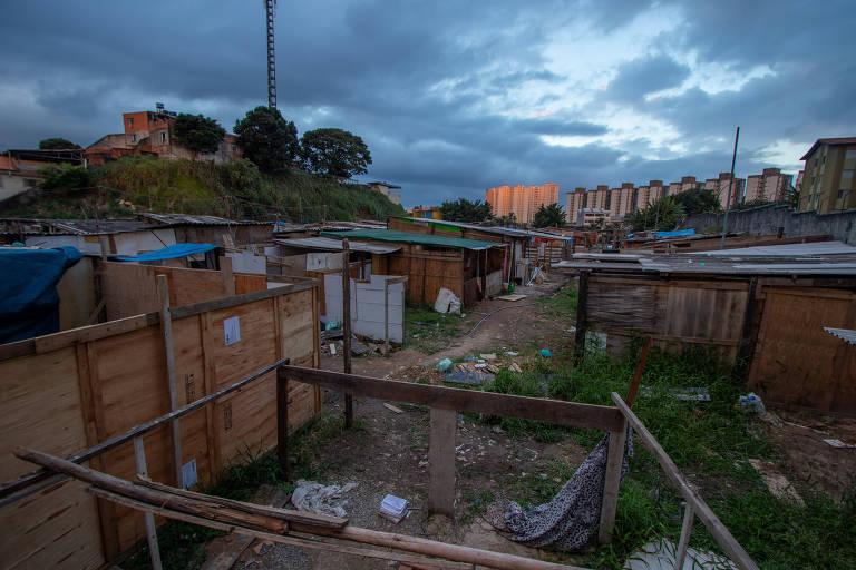 Sem dinheiro para o aluguel, famílias formam novas favelas em SP