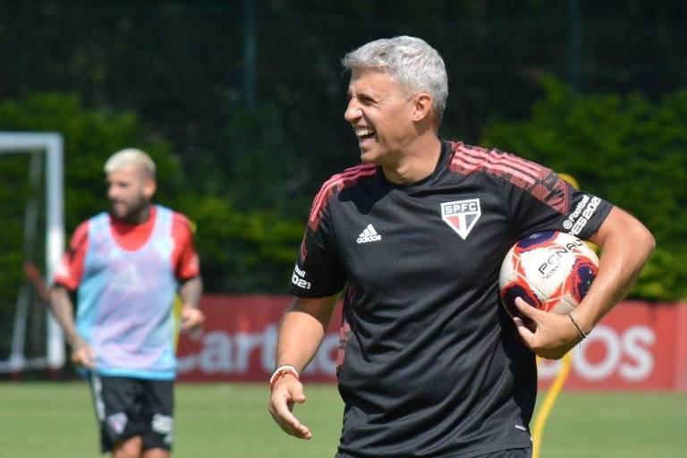 Técnico Crespo durante treino do São Paulo
