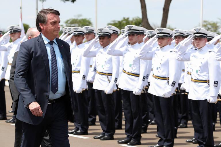 Bolsonaro passa por aspirantes a oficiais da Academia da Força Aérea, em Pirassununga (SP)