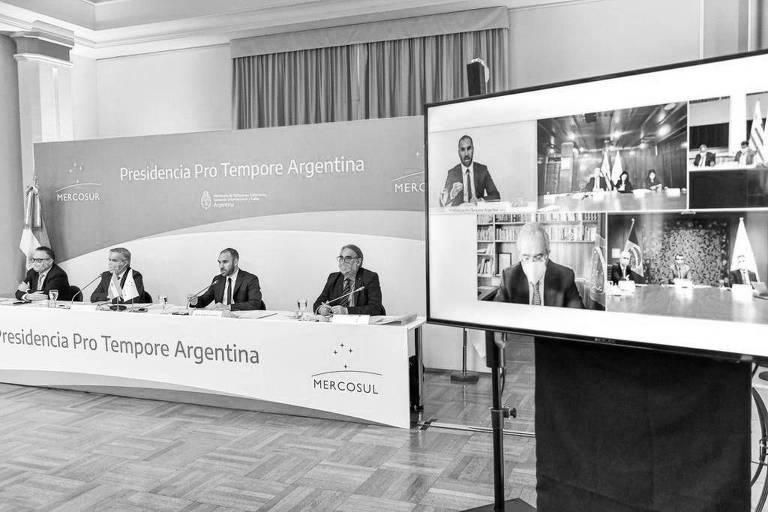 Reunião do Mercosul nesta seguda-feira (26); embaixo no telão, à esquerda, o ministro Paulo Guedes