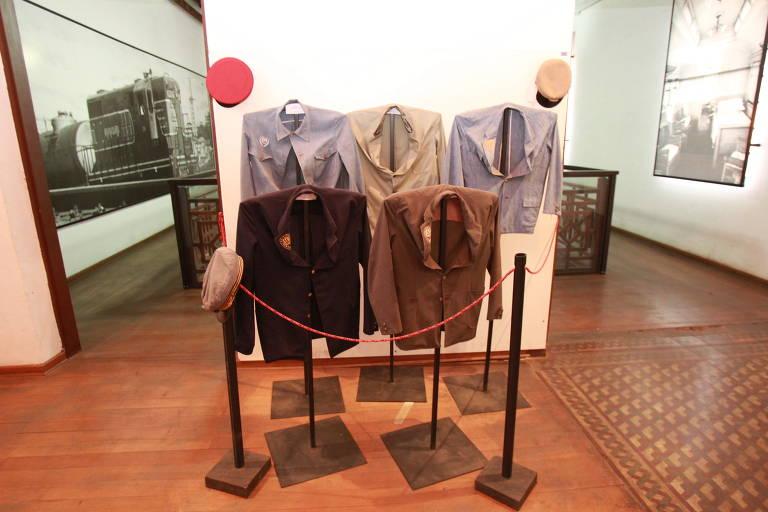 Imagem mostra roupas usadas antigamente por funcionários de estações ferroviárias