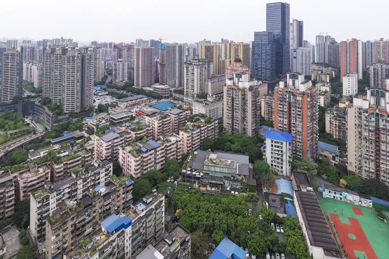 Foto aérea de um bairro cultural de Beicang, localizado no distrito de Jiangbei, em Chongqing, que foi reformado a partir de um antigo armazém têxtil; cidade possui topografia montanhosa