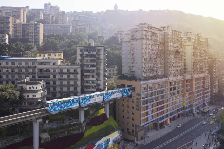 Monotrilho atravessa prédio residencial entre o 6º e o 8º andar do edifício, que possui 19 pisos, na megacidade de Chongqing, no interior da China