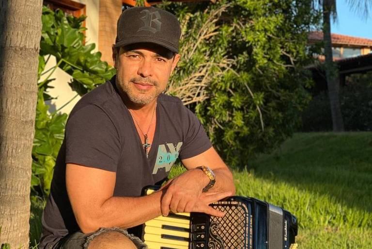 O cantor Zezé Di Camargo em sua fazenda