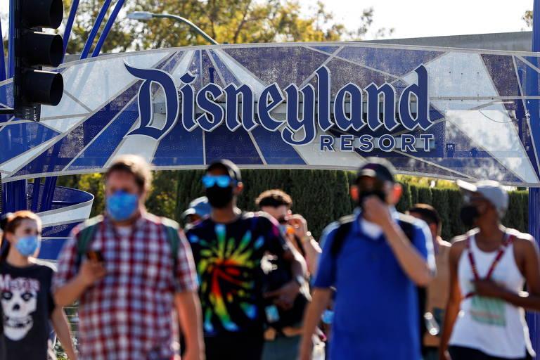 Pessoas saem do resort da Disney, na Disneylândia da Califórnia