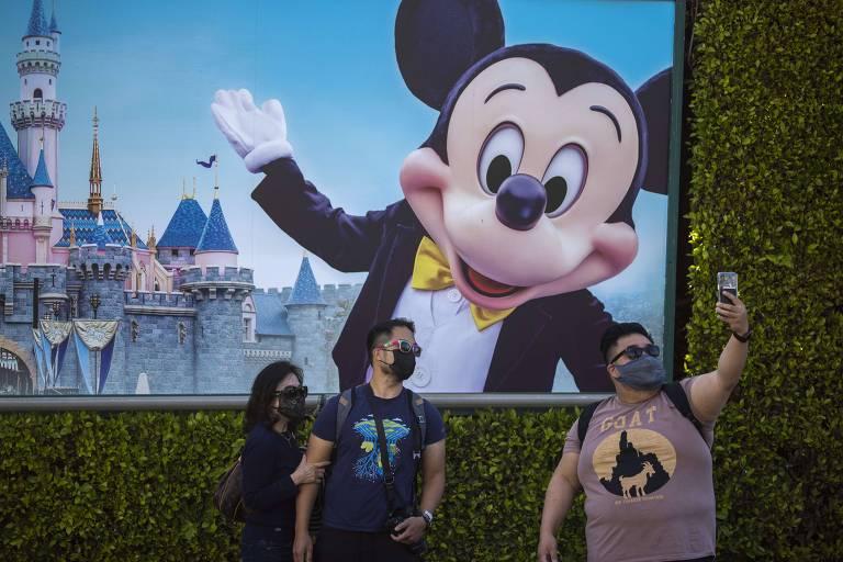 Visitantes fazem selfie na Disneylândia da Califórnia, que reabriu na sexta (30)