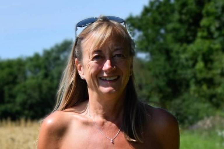 A naturista britânica Donna Price durante caminhada nua pelo campo
