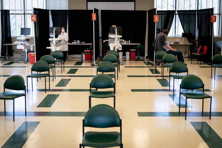 Uma pessoa se vacina em um centro de saúde em Elizabethton, no estado do Tennessee