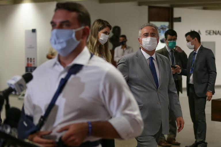Senador Flávio Bolsonaro (Republicanos-RJ) concede entrevista no dia da instalação da CPI da Covid enquanto é observado pelo relator Renan Calheiros (MDB-AL)