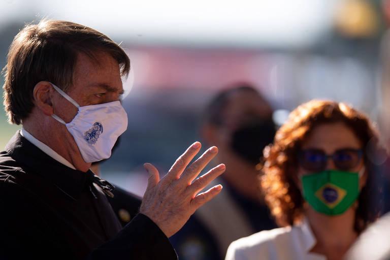 Presidente Jair Bolsonaro, ao lado da deputada Carla Zambelli (PSL-SP), conversa com apoiadores na frente do Palácio da Alvorada