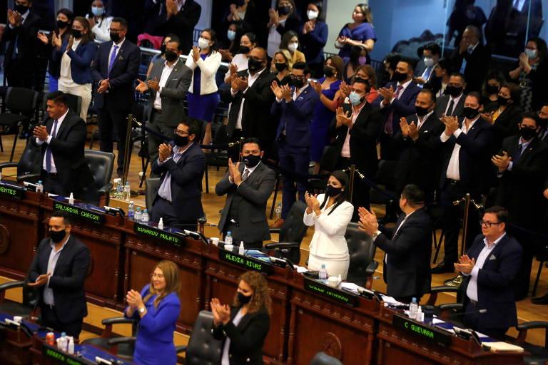 Representantes do Congresso durante votação que removeu membros da Suprema Corte do país