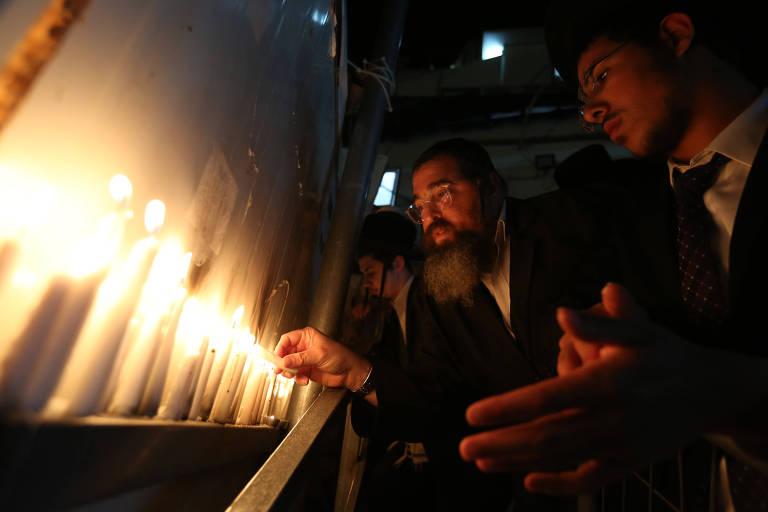 Israelenses acendem velas no Monte Meron em memória às 45 vítimas pisoteadas durante festival religioso