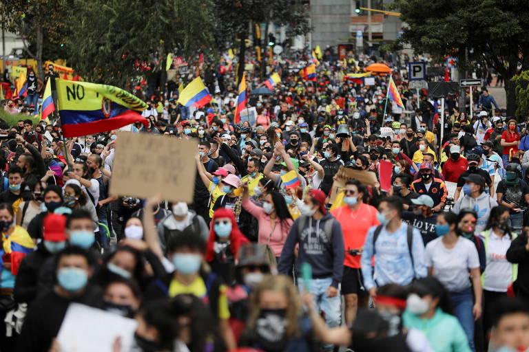 Manifestantes protestam em Bogotá contra aumento de impostos previsto em reforma tributária