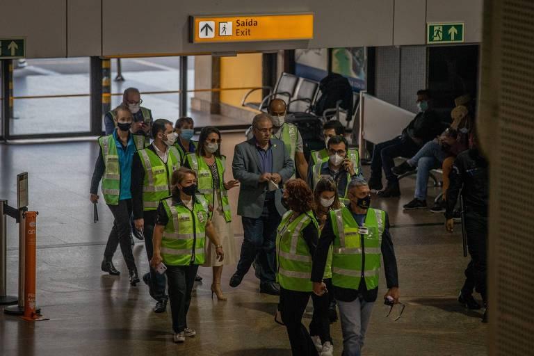 O ministro da Saúde, Marcelo Queiroga, chega sem máscara ao Aeroporto de Guarulhos (SP) para receber carregamento de vacinas, neste domingo (2)