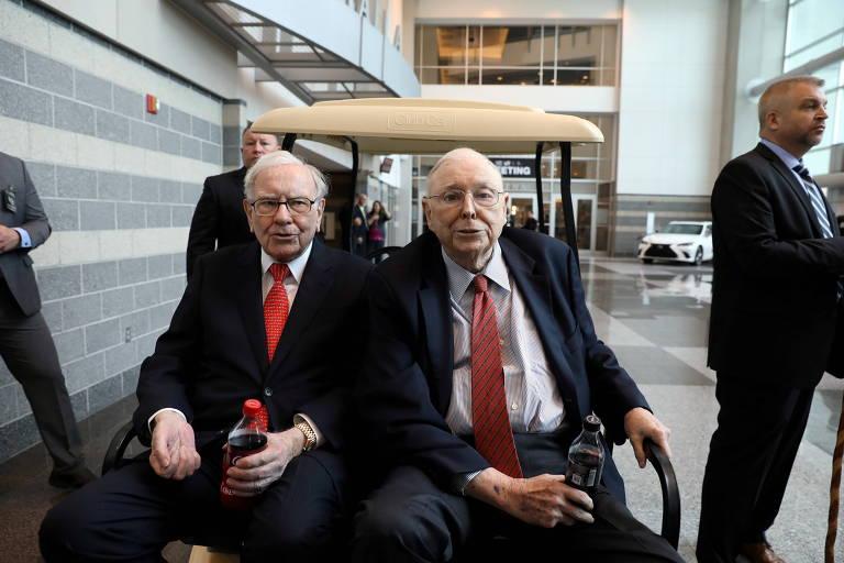 Warren Buffett (à esq.) e Charlie Munger, vice-presidente do conselho de administração da Berkshire Hathaway'