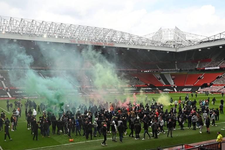 Torcedores do Manchester United invadem o estádio Old Trafford e protestam contra os proprietários do clube