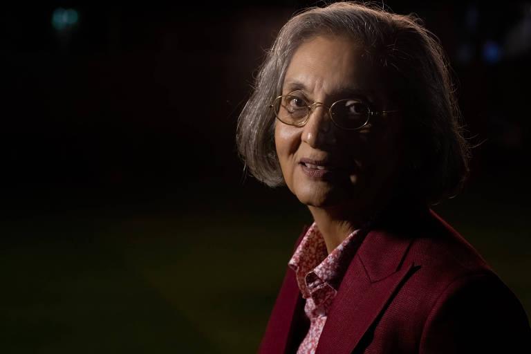 mulher com traços indianos e cabelo grisalho chanel