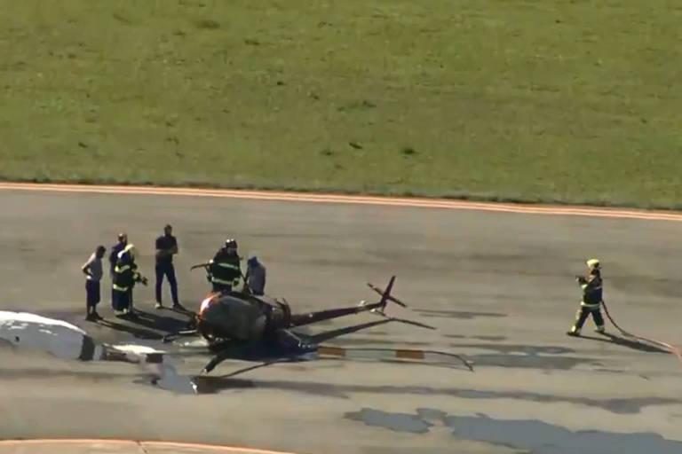 Helicóptero tombado em pista do Aeroporto Campo de Marte, em Santana, na Zona Norte de São Paulo