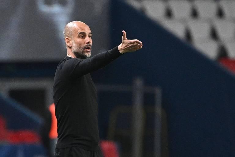 Pep Guardiola dá instruções à beira do gramado diante do PSG, na partida de ida da semifinal da Champions