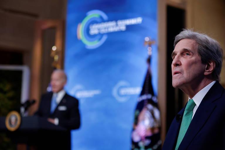 John Kerry, enviado especial para o clima dos EUA, durante Cúpula do Clima, organizada por Joe Biden (ao fundo, desfocado)