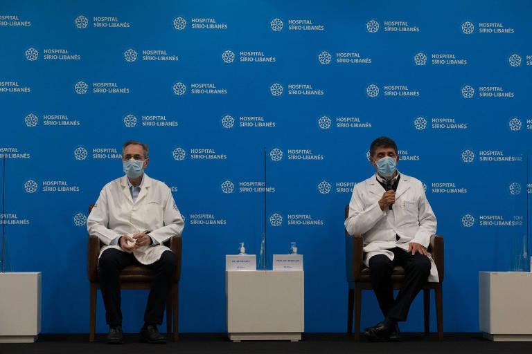 Médicos que tratam o câncer do prefeito Bruno Covas, Artur Katz e David Uip (à direita) durante entrevista coletiva