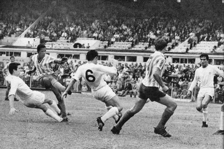 Silva finaliza para o gol em jogo contra o Estudiantes, pelo Metropolitano de 1969