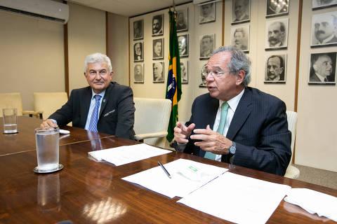 Guedes chama ministro-astronauta de burro e diz que às vezes se pergunta o que está fazendo no governo