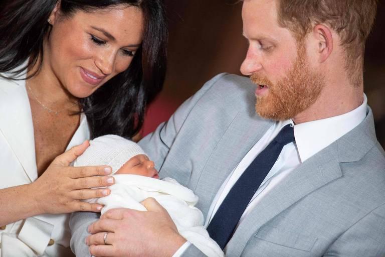 Príncipe Harry, Meghan Markle e Archie (ao centro)