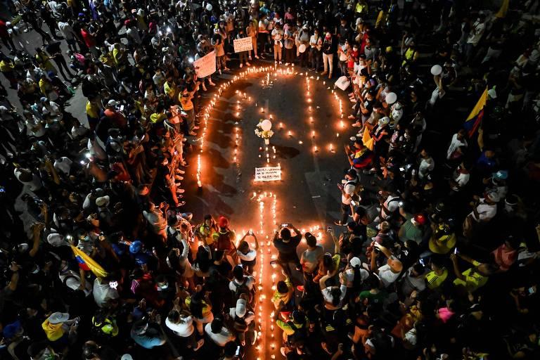 Parentes e amigos de Nicolas Guerrero, morto durante confrontos com as forças de segurança durante protesto em Cali