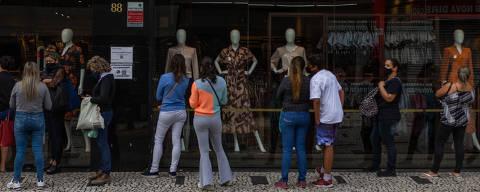 SÃO PAULO, SP, 19.04.2021 - Consumidores em frente de comércio, no Largo 13, em Santo Amaro, em São Paulo (SP).  Apesar da desaceleração nas taxas de internações em leitos UTI de Covid-19 no estado de São Paulo,especialistas dizem que é muito cedo para reabrir o comércio, pois os números e internações continuam muito alto. (Foto: Ronny Santos/Folhapress)