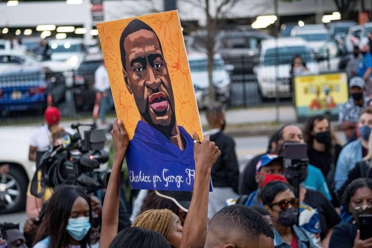 Pessoas marcham nas ruas de Atlanta após o veredicto do julgamento do ex-policial Derek Cahuvin, condenado pelo assassinato de George Floyd