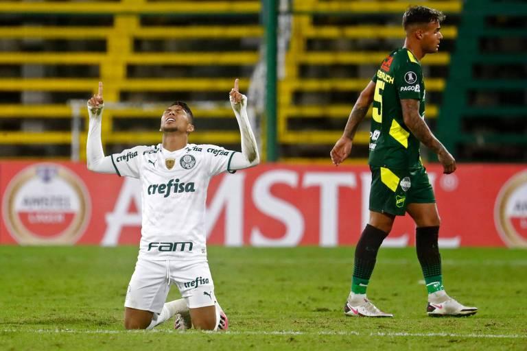 Rony comemora o seu primeiro gol na vitória do Verdão no estádio Norberto Tomaghello, em Buenos Aires (ARG)
