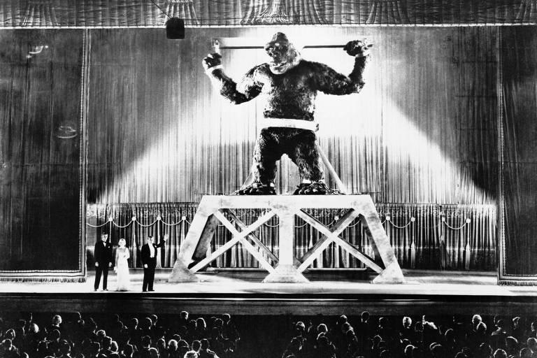 Um gigante gorila em cima de um palco