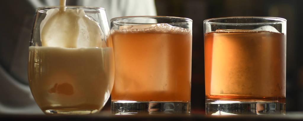 Drinques no balcão do bar Guilhotina