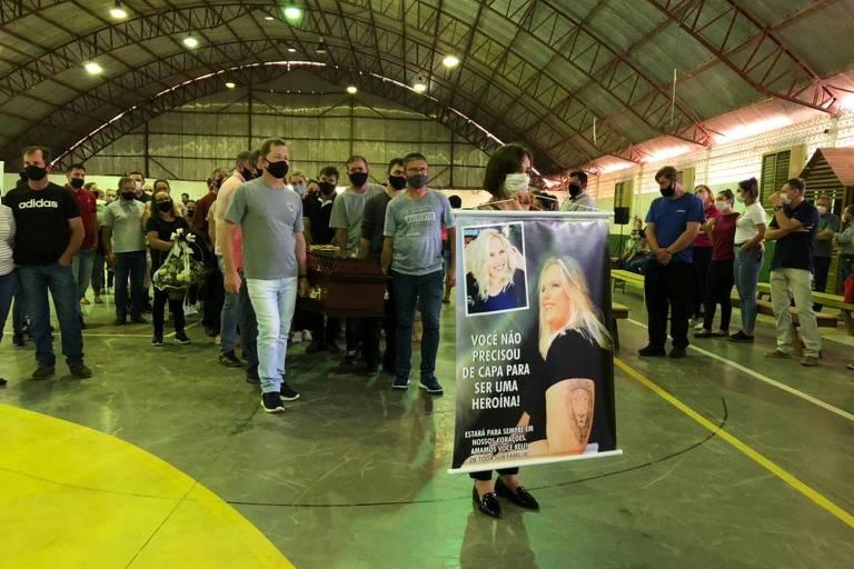 Famílias velam corpos de vítimas de ataque em creche em Saudades (SC)