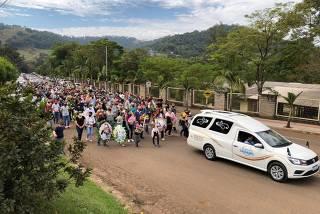 Enterro das vítimas do atentado em uma creche, em Saudades (SP)