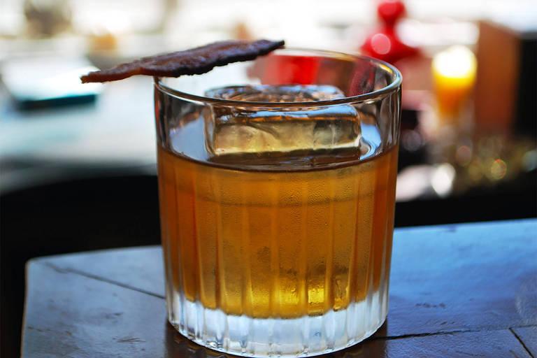 """""""Bentons's 2.0 Old Fashioned"""" é uma releitura de um drinque clássico, chamado """"Old Fashioned""""; receita é criação da equipe do Eugênia Café Bar"""